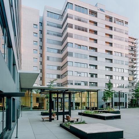 RnB_RHYTHM_S03_Vorplatz